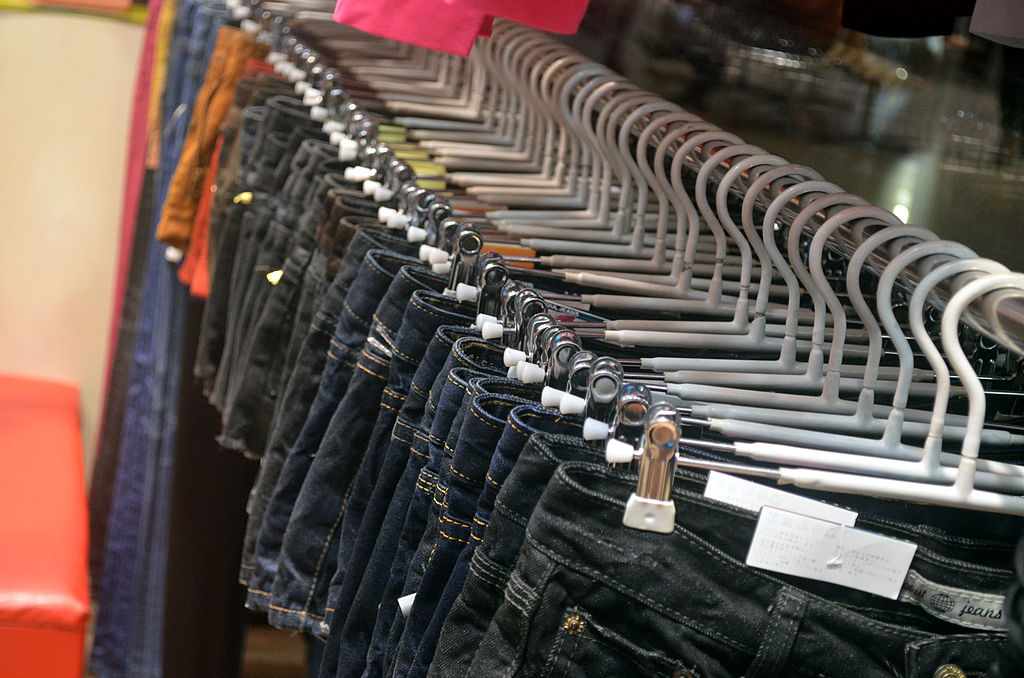 1024px-Clothing_Rack_of_Jeans
